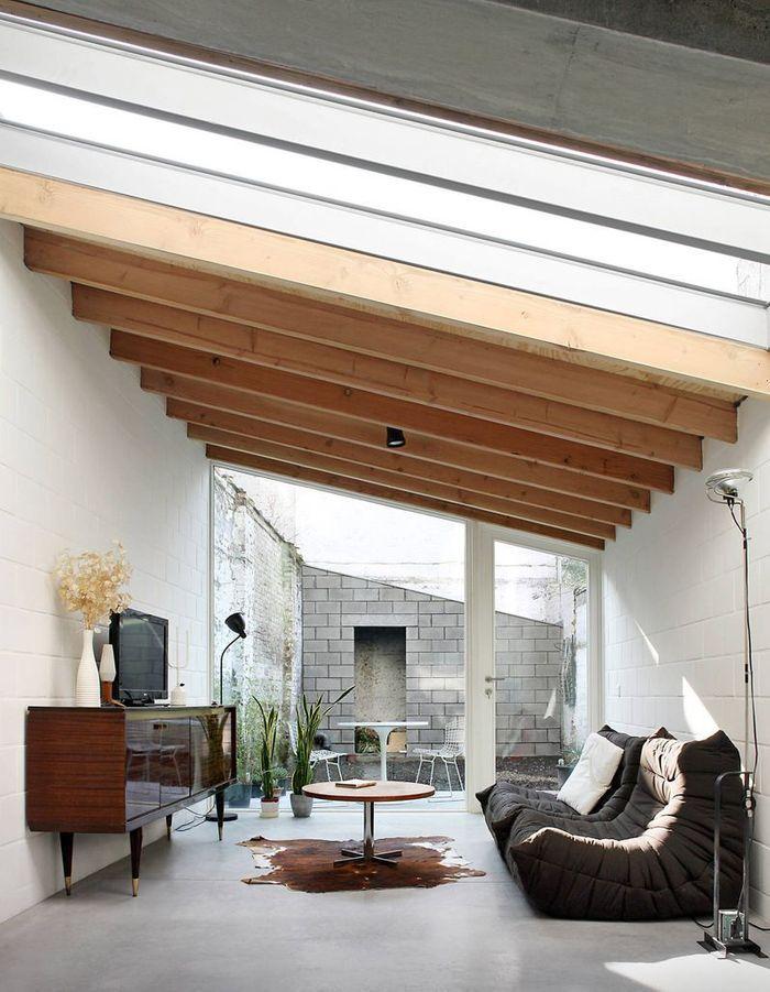 Le canapé Togo marron associé à des meubles vintage