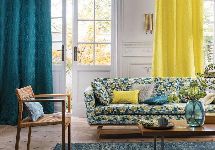 Salon jaune au canapé graphique