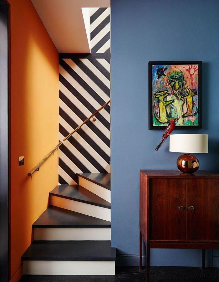Associer papier graphique et peinture pop pour un escalier déco