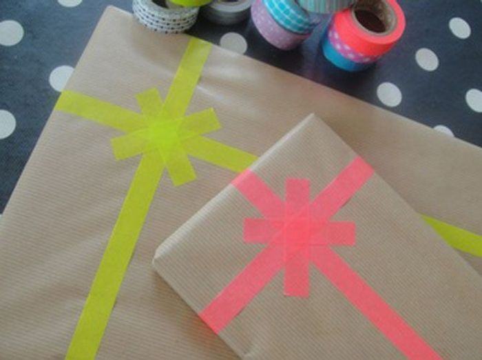 Un paquet cadeau avec du masking tape