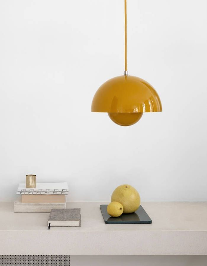 Un luminaire jaune