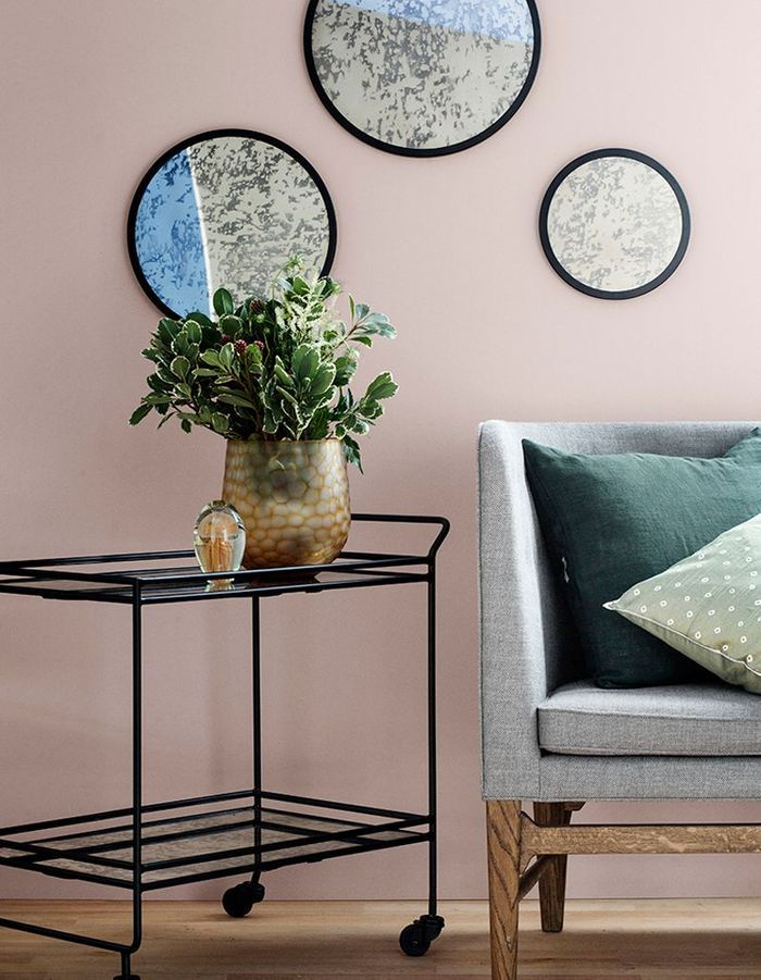 Un mur peint en rose