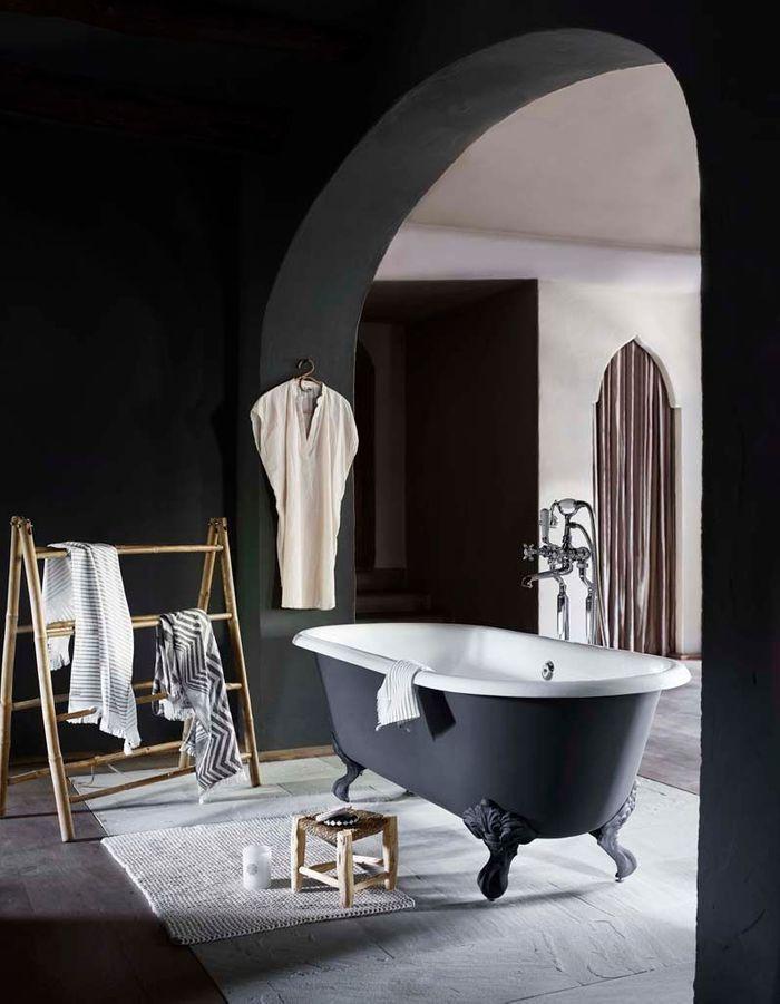 Des murs noirs dans la salle de bains