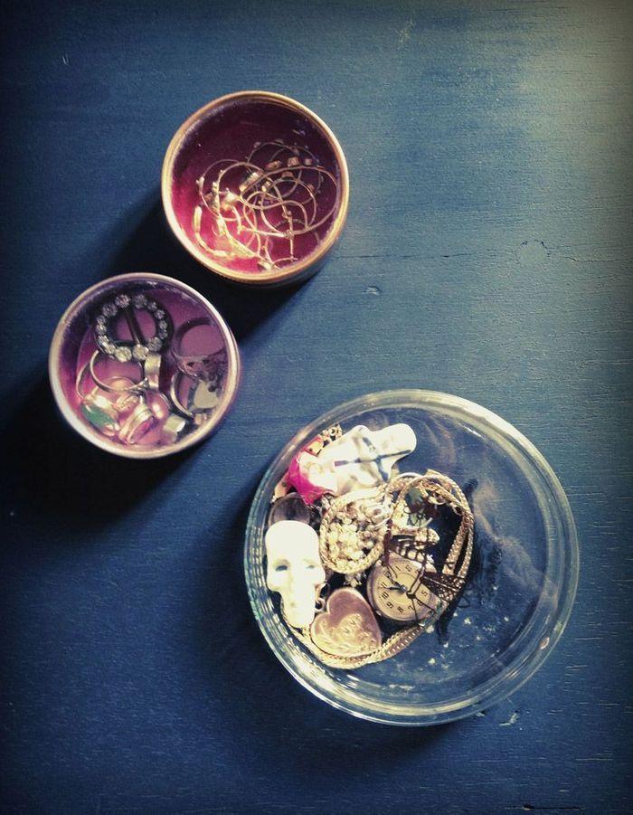 Les babioles et bijoux dans des boîtes à bindis