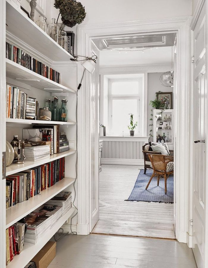 Une petite bibliothèque tout le long du couloir