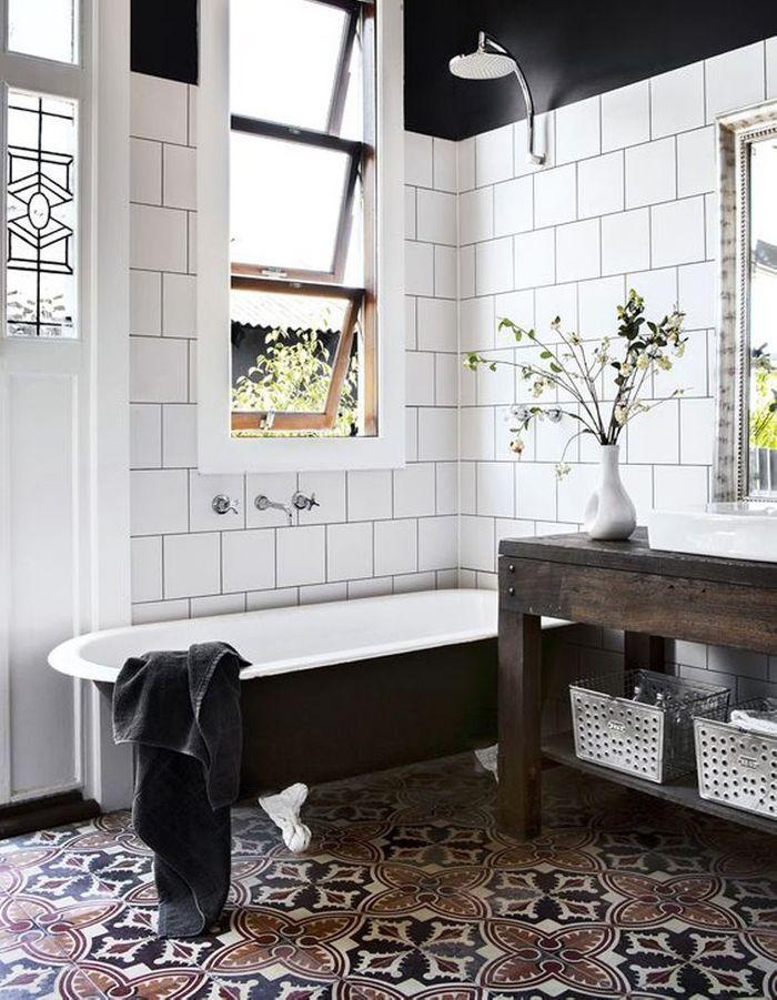 Carreaux de ciment à l'ancienne dans la salle de bains