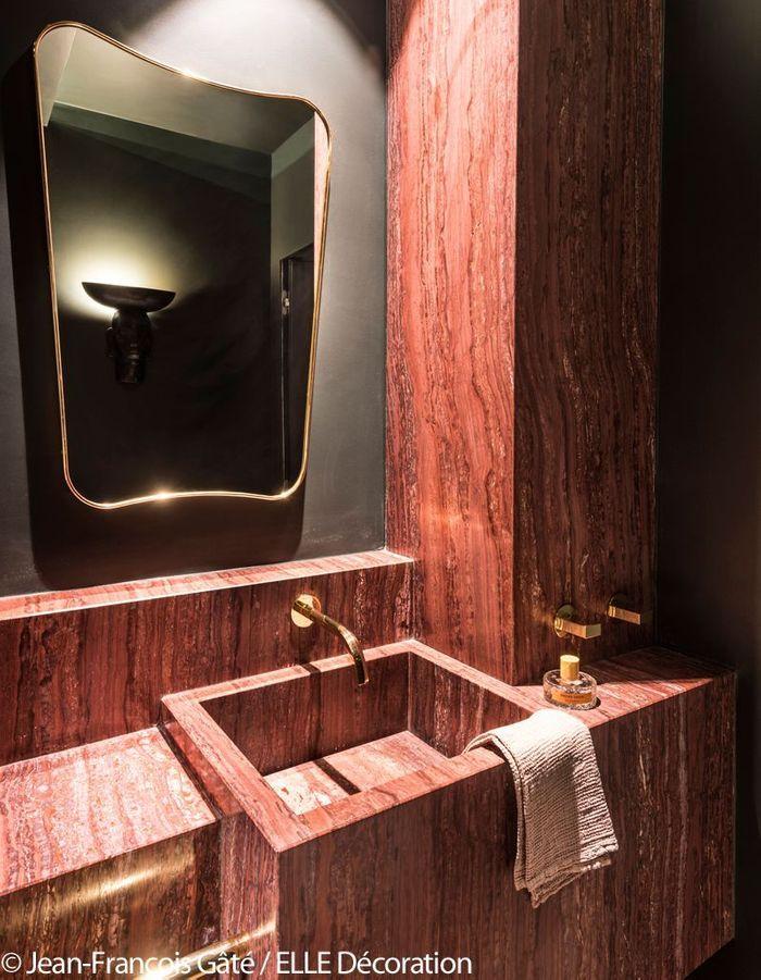 Salle de bains en marbre rouge