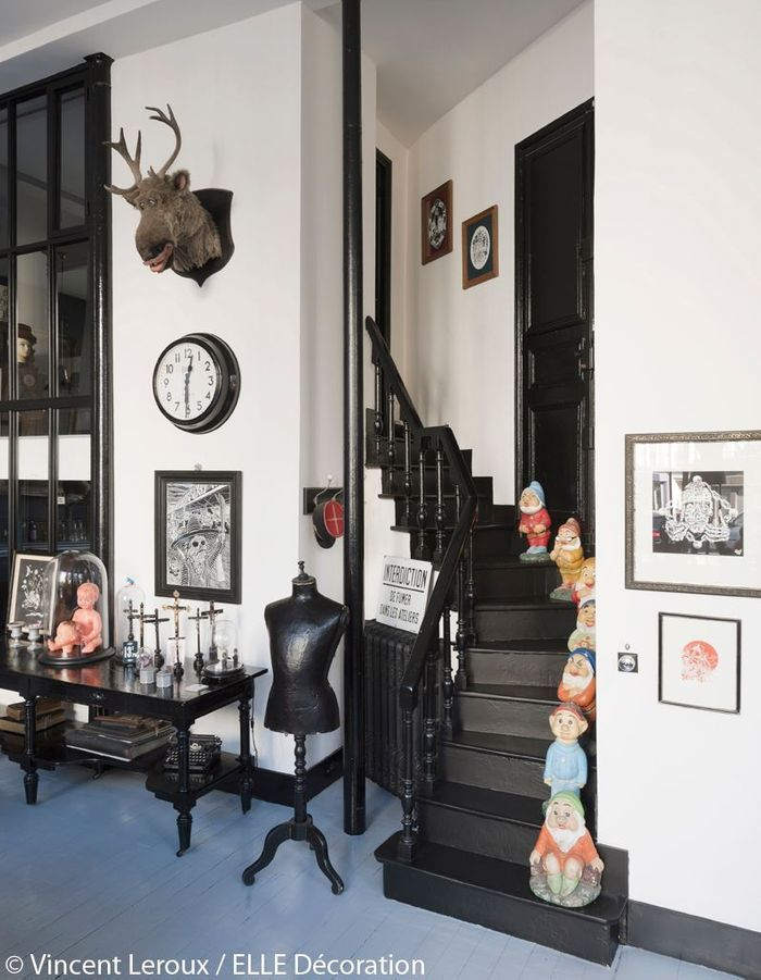 L'escalier peint en noir