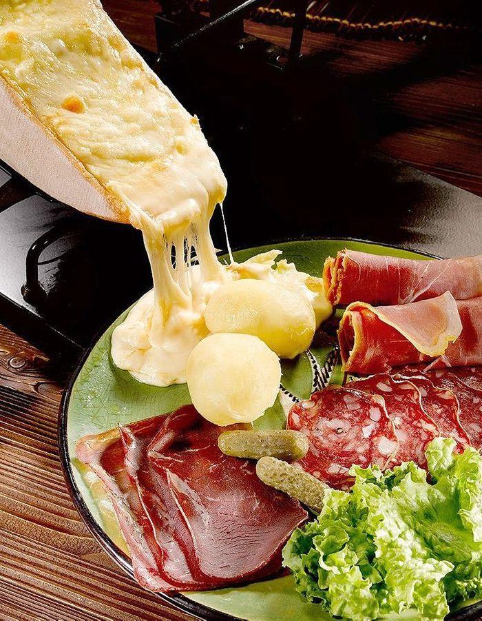 V ritable raclette 32 recettes de fromage fondu elle - La table a raclette ...