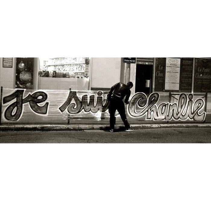 un graffeur en pleine action charlie hebdo le street art se mobilise sur les murs elle. Black Bedroom Furniture Sets. Home Design Ideas