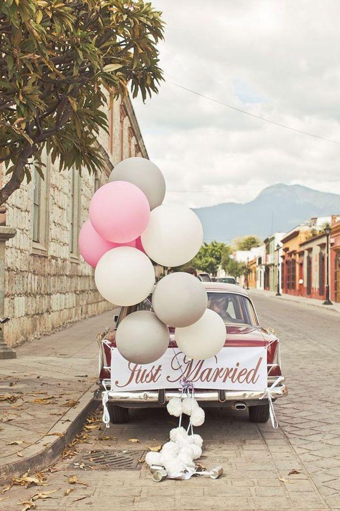 d coration voiture mariage ballons 10 jolies fa ons de d corer sa voiture de mariage elle. Black Bedroom Furniture Sets. Home Design Ideas