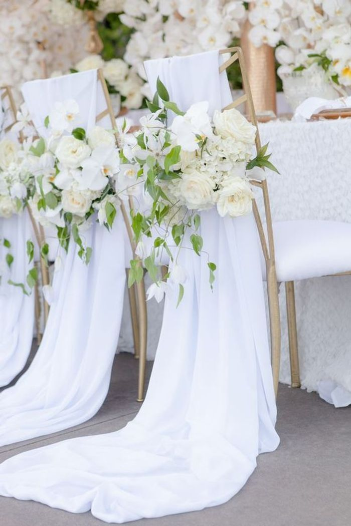 chaise de mariage avec des fleurs blanches des chaises de mariage qui font r ver elle. Black Bedroom Furniture Sets. Home Design Ideas