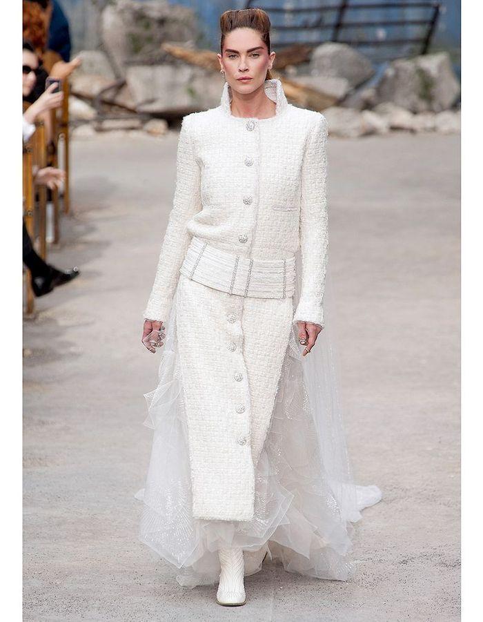 Chanel haute couture nos 15 mari es pr f r es elle for Prix de robe de mariage en or georges chakra