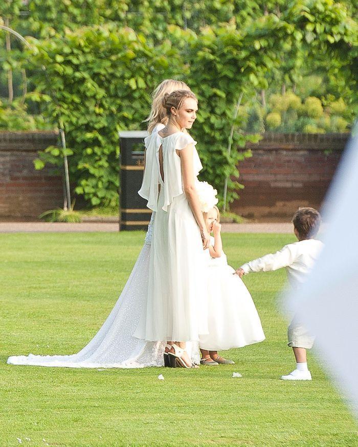 La robe de demoiselle d 39 honneur de cara delevingne au for Robes de demoiselle d honneur de mariage cible