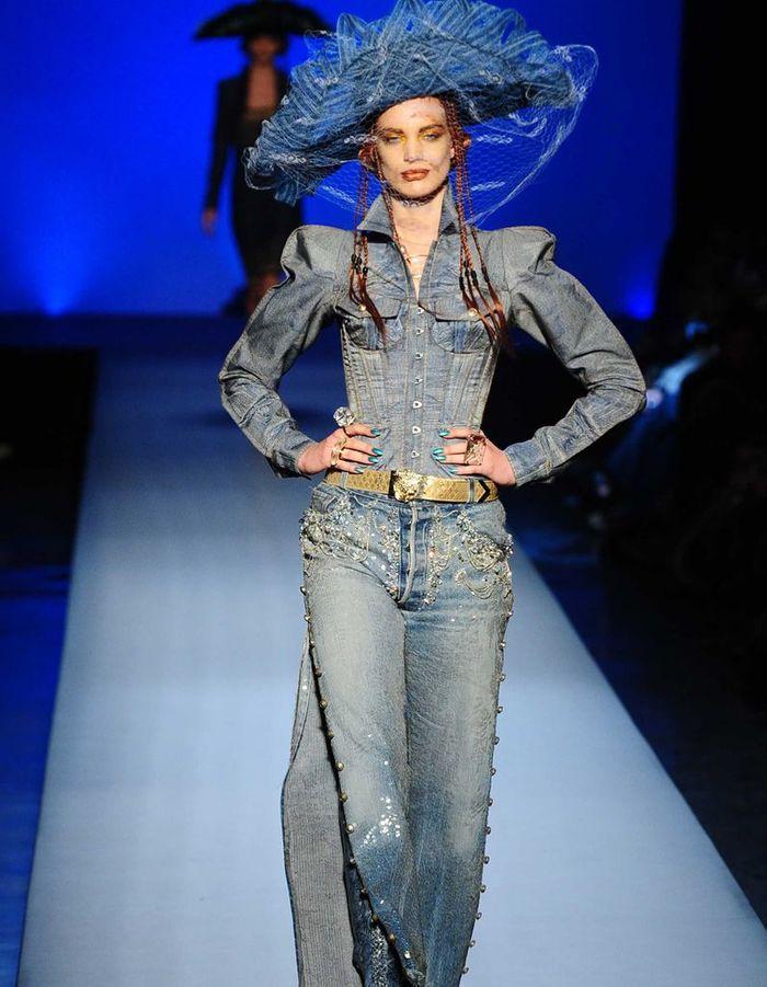 le jean haute couture jean paul gaultier les 22 moments les plus forts de sa carri re elle. Black Bedroom Furniture Sets. Home Design Ideas