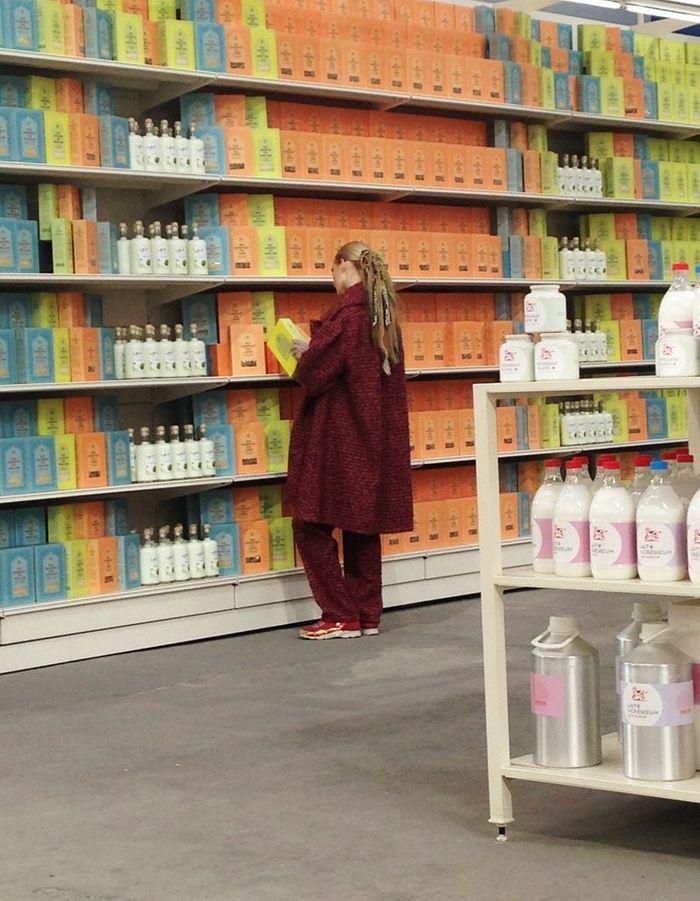 Un mannequin en train de comparer les étiquettes !