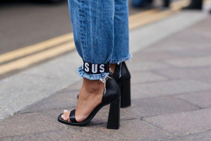Le jean coincé dans les chaussures