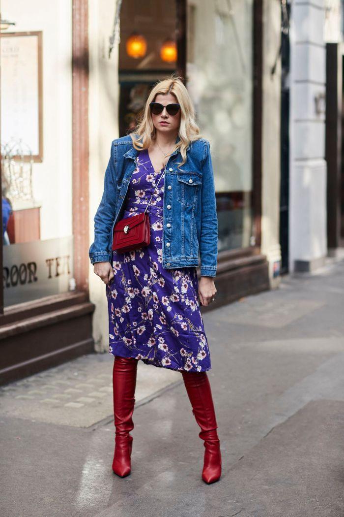 Une veste en jean sur une robe fleurie