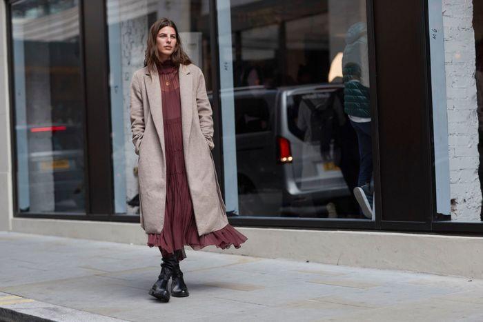 Une robe longue + des bottines + un manteau en laine