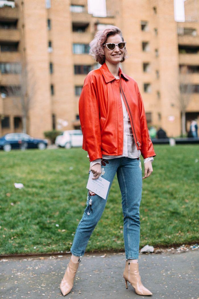 Une veste en cuir rouge