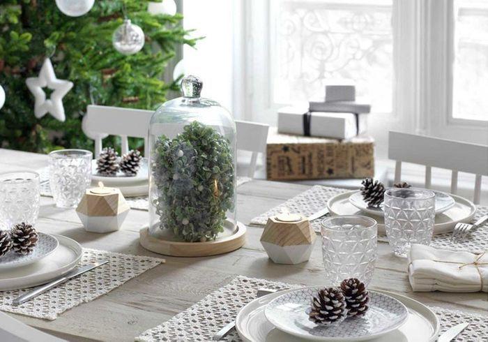 Centre de table de Noël avec une cloche végétale