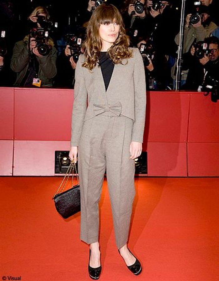 costume gris et r tro sur tapis rouge keira knightley. Black Bedroom Furniture Sets. Home Design Ideas