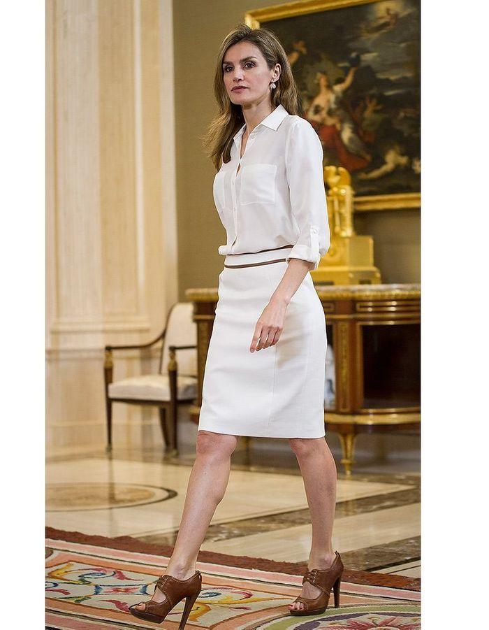 total look blanc letizia d espagne dans le dressing de la nouvelle reine d 39 espagne elle. Black Bedroom Furniture Sets. Home Design Ideas