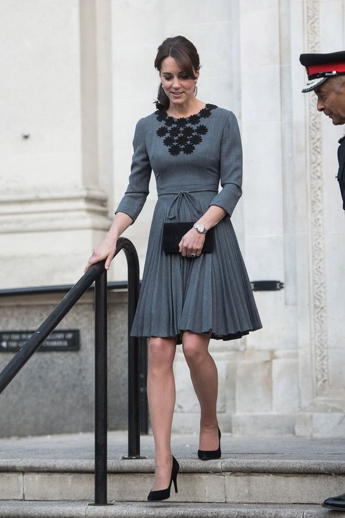 la robe grise les robes de kate middleton dans le dressing d une princesse elle. Black Bedroom Furniture Sets. Home Design Ideas