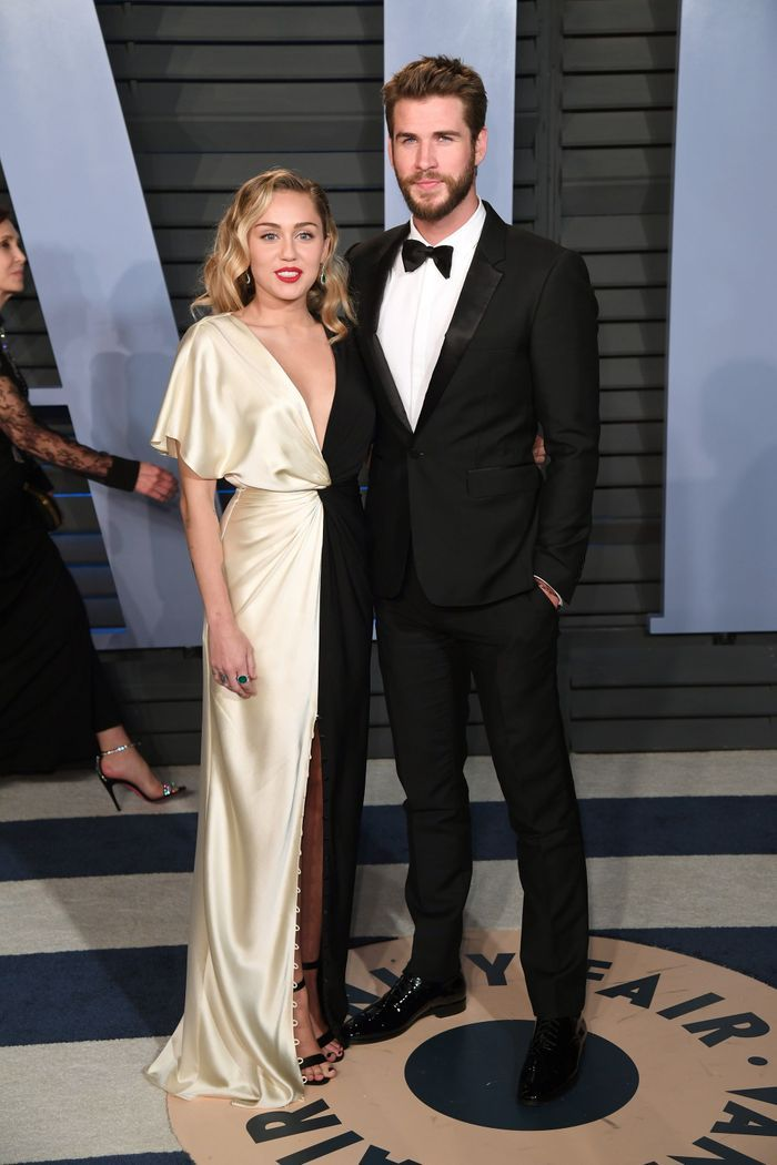 Miley Cyrus en Prabal Gurung et Liam Hemsworth en Burberry