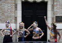 Les Femen urinent sur le portrait du président ukrainien