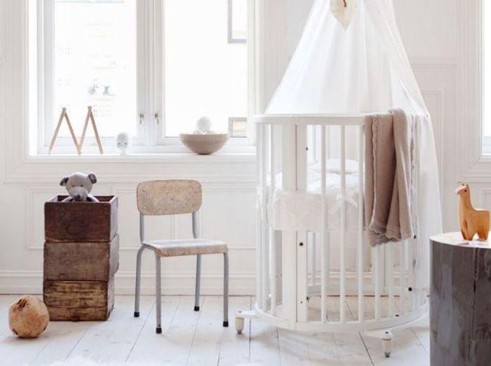 Un lit rond pour une chambre de bébé vintage