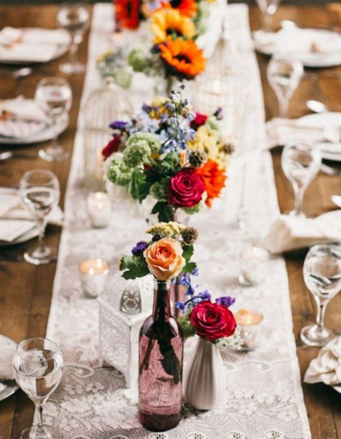 Un chemin de table en dentelle pour une déco de mariage pas chère